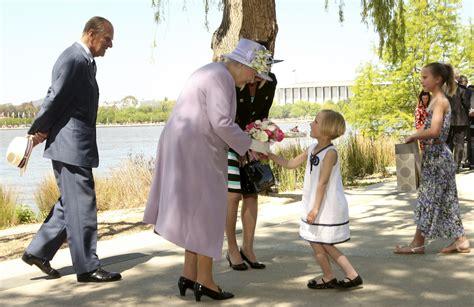 April 1926 in london als älteste tochter von prinz albert, herzog von york, und dessen ehefrau elizabeth angela marguerite. Queen Elizabeth II. wird mit Blumen beschenkt von der 6 ...
