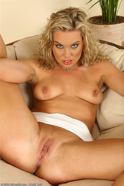Horny Blonde Milf Romana Toying Her Shaved Mature Pussy Pichunter