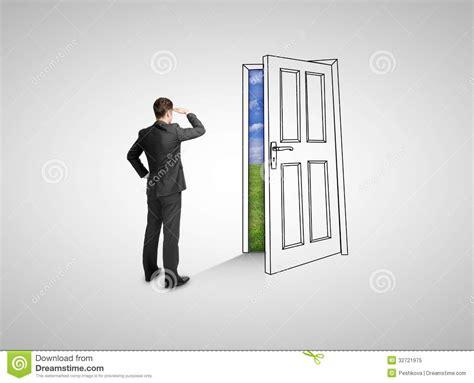 la porte da cote homme d affaires regardant la porte de dessin photo libre de droits image 32721975