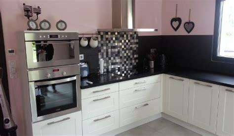 cuisine blanche sans poign馥 cuisine blanche et plan de travail noir maison design bahbe com