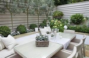 hohe und niedrige baume als rahmen fur den kleinen garten With französischer balkon mit baum als sichtschutz für kleinen garten