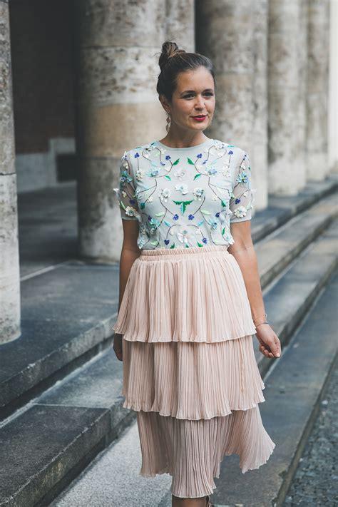 outfit tipps fuer hochzeitsgaeste besticktes top