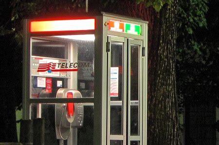 cabine telefoniche numeri addio cabine telefoniche gli italiani non le usano pi 249 e