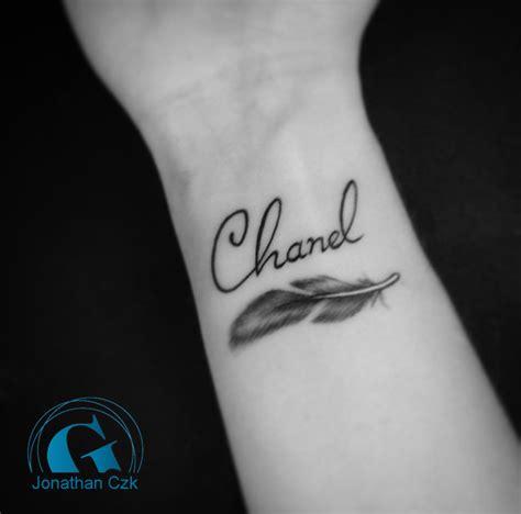 tatouage plume femme graphicaderme