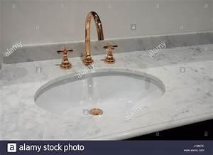 Keramik Waschbecken Reinigen : wei e einschub keramik waschbecken in marmor tisch und kupfer metall mixer stockfoto bild ~ Markanthonyermac.com Haus und Dekorationen