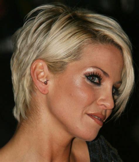 damen kurzhaarfrisur jugendlicher  mit kurzem haarschnitt