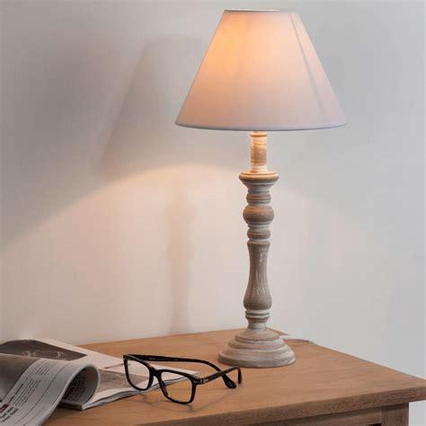 nachttischlampe aus holz mit lampenschirm aus stoff