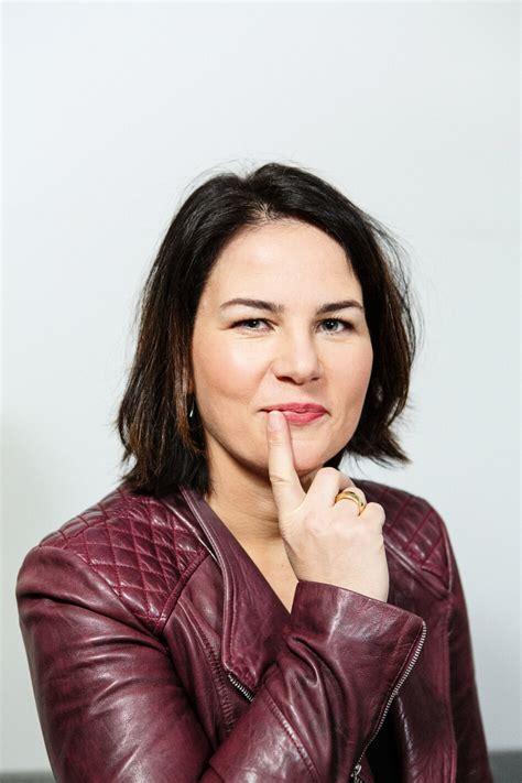 Die reaktionen auf die personalie annalena baerbock. Annalena Baerbock / Lebenslauf & Fotos › Annalena Baerbock MdB : Select from premium annalena ...