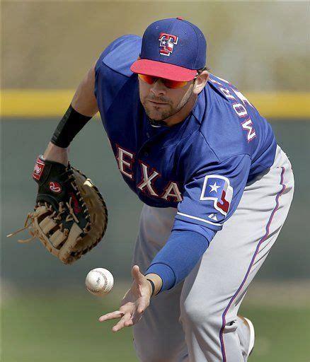 Texas Rangers first baseman Mitch Moreland catches a ball ...
