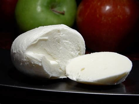 mozzarella cheese file mozzarella cheese jpg wikipedia