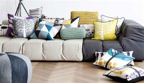 coussin deco canape des coussins à motifs pour égayer le canapé