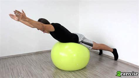 übungen mit pezziball krafttraining f 252 r ausdauersportler r 252 ckenstrecker auf dem pezziball mit armstreckung