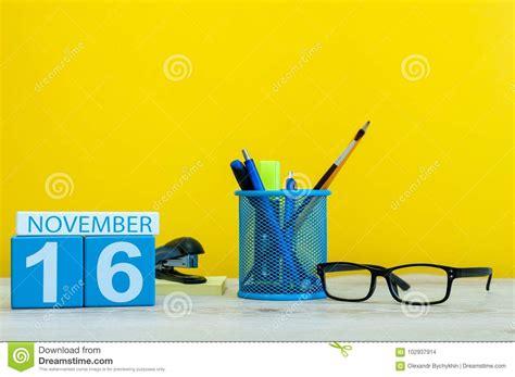 le bureau jaune 16 novembre jour 16 du mois calendrier en bois de couleur