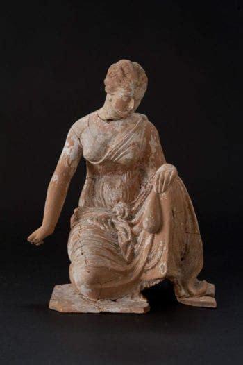 knucklebone player johns hopkins archaeological museum