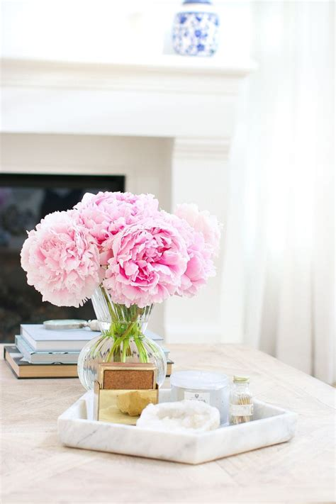 5 elements to help you know hoe to decorate a coffee table like a pro! Designer Tips for Styling a Coffee Table - Tuft & Trim