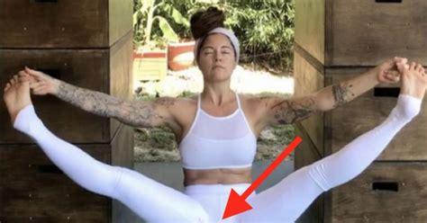 hace yoga  sus pantalones manchados de regla