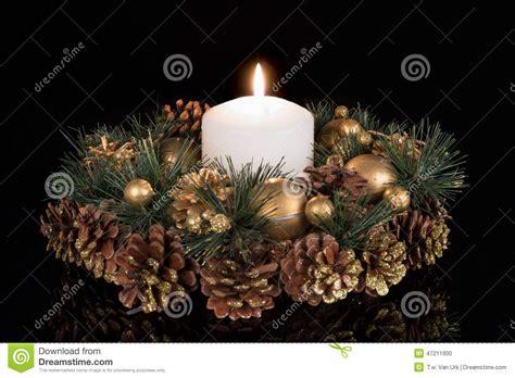 decoration avec une pomme d 233 coration de no 235 l avec une bougie blanche et pommes de pin 224 un fond noir photo stock image