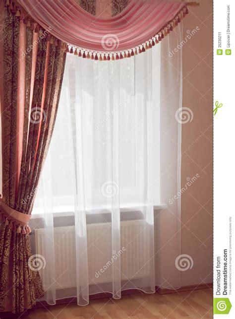 radiateur sous fenetre rideau conception de fen 234 tre les rideaux roses avec drape image stock image 35230211