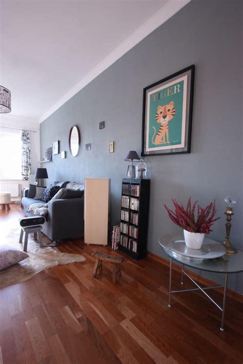 graue waende im wohnzimmer