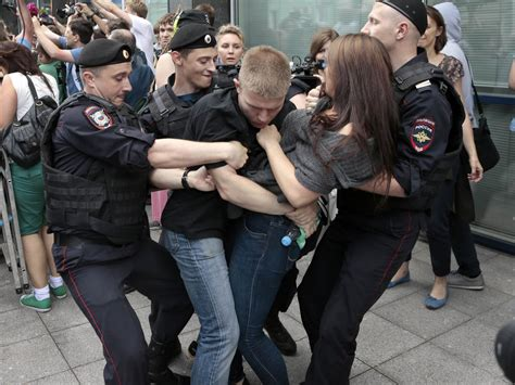 Russian Anti Gay Bill Passes Protesters Detained Cbs News