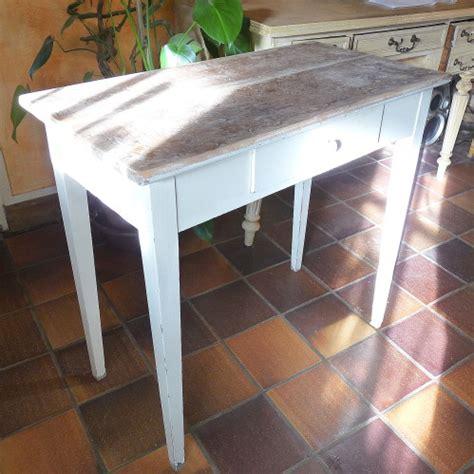 table de cuisine ancienne transformée en élégante de salon