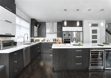 cuisine armoire cuisine vaste avec un îlot qui possède une grande surface