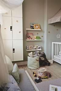Ikea Bücherregal Kinder : mit einem b cherregal stuva wandschrank mit t ren in wei ~ Lizthompson.info Haus und Dekorationen