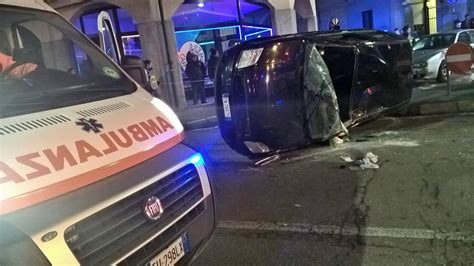 si e automobile grave incidente a castellanza auto si ribalta foto