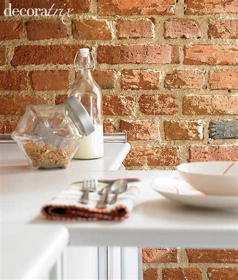 una cocina  pared de ladrillo visto