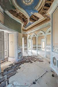 12 Photos Of Abandoned Mansions That Might Make Your Heart