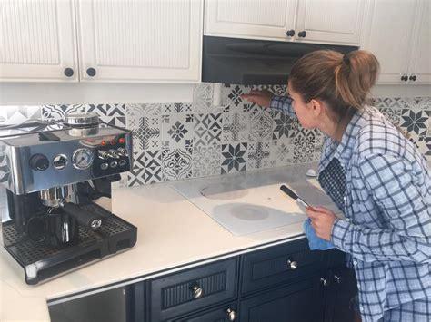 mosaique murale cuisine repeindre des carreaux avec de la chalk paint et des