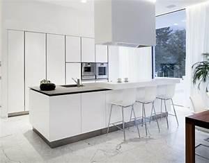 53 variantes pour les cuisines blanches for Deco cuisine avec chaise blanche de salle a manger