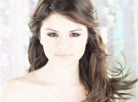 Selena Gomez Kiss Hot Girls Wallpaper