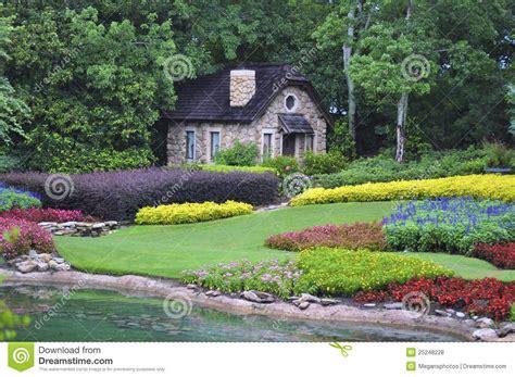 maison dans les bois photos libres de droits image 25248228