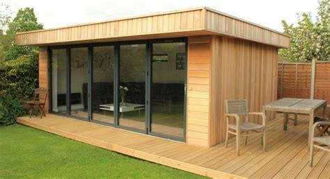 Gartenhaus Mit Terrasse Holz by Gartenhaus Aus Hellem Holz Mit Gro 223 Er Fensterfront Haus