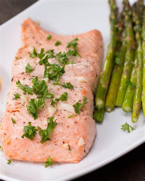 cuisiner un filet de saumon préparez vous des papillotes de saumon et asperges pour manger sain