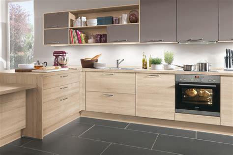 cuisine taupe et bois clair ambré ou sombre le bois fait entrée dans la
