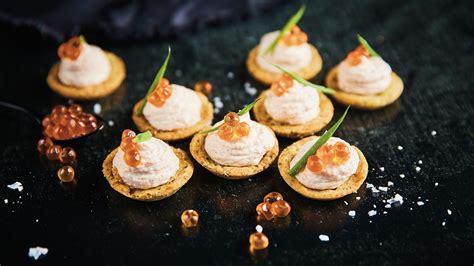 Kūpināta laša filejas putas, pasniegtas garšaugu groziņā - Recepte | Unilever Food Solutions