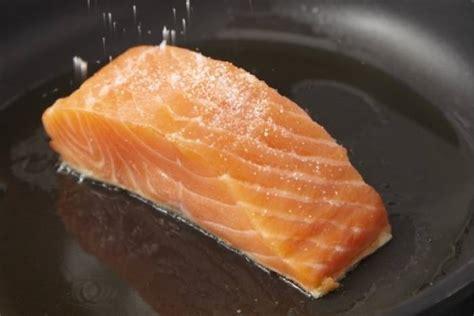 cuisiner pave de saumon poele saisir 224 la poele un pav 233 de poisson technique de cuisine