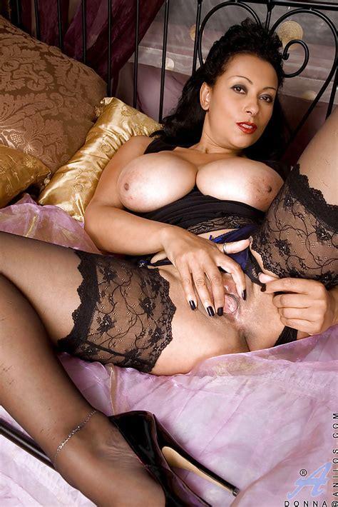 Beutiful Latina Brunette Shows Her Hot Mature Legs In