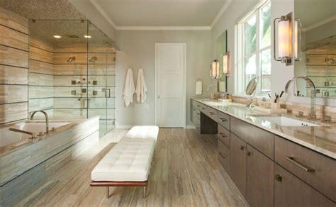 Steinfliesen An Der Wand Im Badezimmer