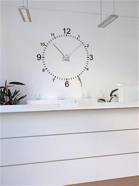 Moderne Uhren Für Die Wand by Wandtattoo In Der Arztpraxis Wandgestaltung Beim Arzt