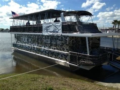 Fan Boat Rides Daytona by Duck Dynasty Crew Hangs Out On A Thoroughbred Houseboat