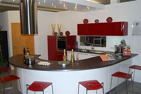 Ausstellungsküche In Rot Und Weiß Mit Runder Arbeitsplatte