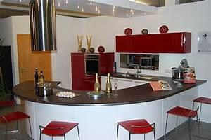Rote Arbeitsplatte Küche : ausstellungsk che in rot und wei mit runder arbeitsplatte ~ Sanjose-hotels-ca.com Haus und Dekorationen