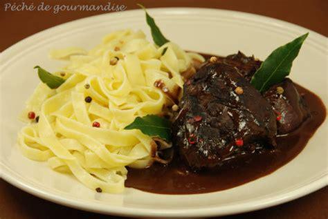 cuisiner un lievre au vin sanglier en sauce pimentée au chocolat péché de gourmandise