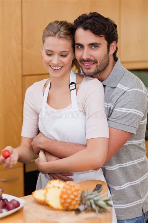couples amour cuisine verticale de dans des couples d 39 amour mangeant des fruits