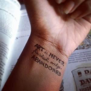 Tatouage Chiffre Romain Poignet : 40 images qui pourraient vous inspirer si vous envisagez de vous offrir un tatouage au poignet ~ Nature-et-papiers.com Idées de Décoration