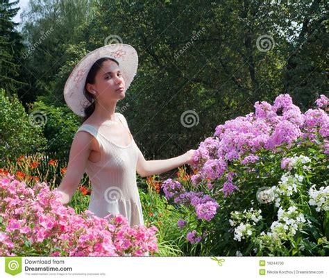cuisiner avec des fleurs fille avec des fleurs photo stock image du