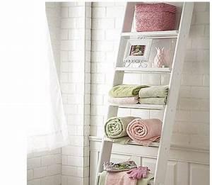 Echelle Salle De Bain : salle de bain carrelage blanc echelle bois rangement ~ Dallasstarsshop.com Idées de Décoration